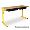 Table biplace, représentée avec l'option casiers métalliques