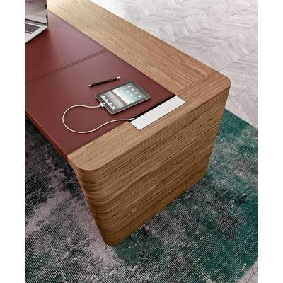 Bureau droit X10, finition ébénisterie. Un design remarquable, tout en simplicité.