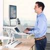 Travailler debout de termps en temps, un bienfait ergonomique.